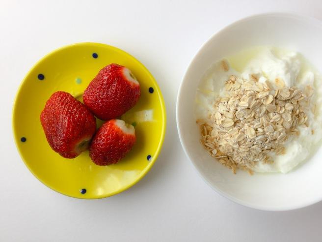 бърза закуска с ягоди и кисело мляко 5