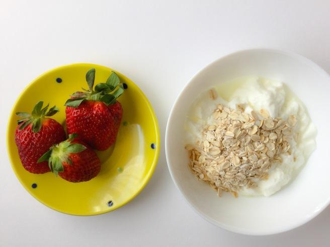 бърза закуска с ягоди и кисело мляко 4