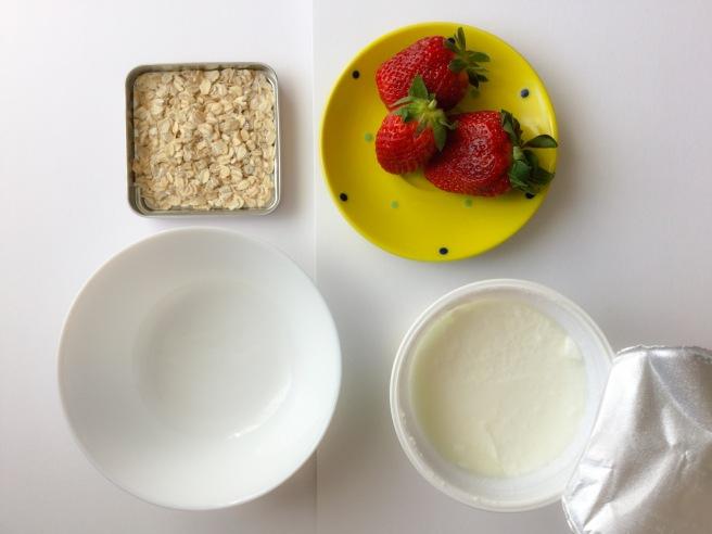 бърза закуска с ягоди и кисело мляко