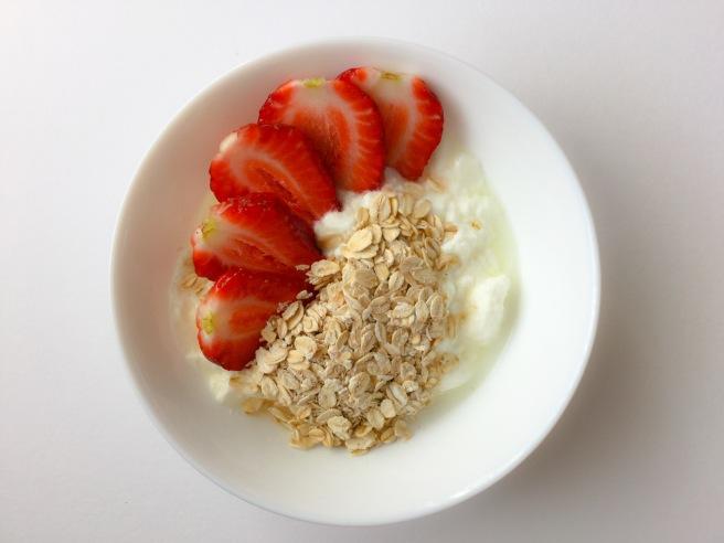 бърза закуска с ягоди и кисело мляко 6